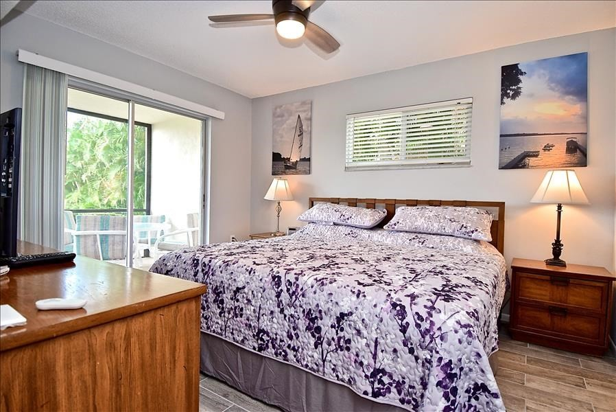 master bdrm with lanai access, king bed