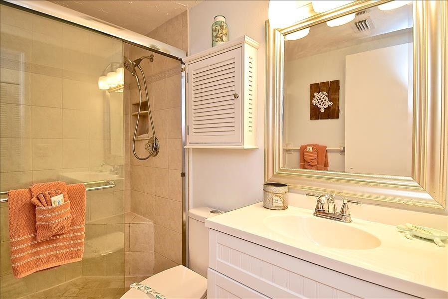 guest bathroom with shower/tub combo